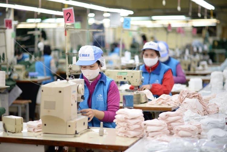 Sản xuất khẩu trang tại nhà máy của Công ty Dệt kim Đông Xuân. Ảnh: Anh Minh