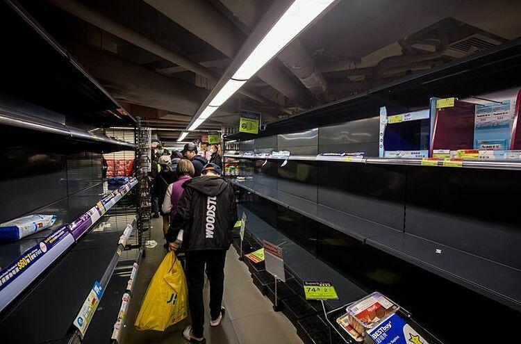 Các kệ giấy trống trơn tại một siêu thị ở Hong Kong hôm qua. Ảnh: Bloomberg