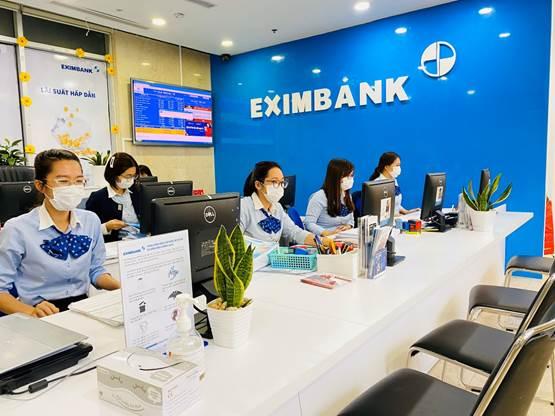 Nhan viên Eximbank trên toàn h? th?ng ??u ?eo kh?u trang y t? khi giao d?ch v?i khách hàng.