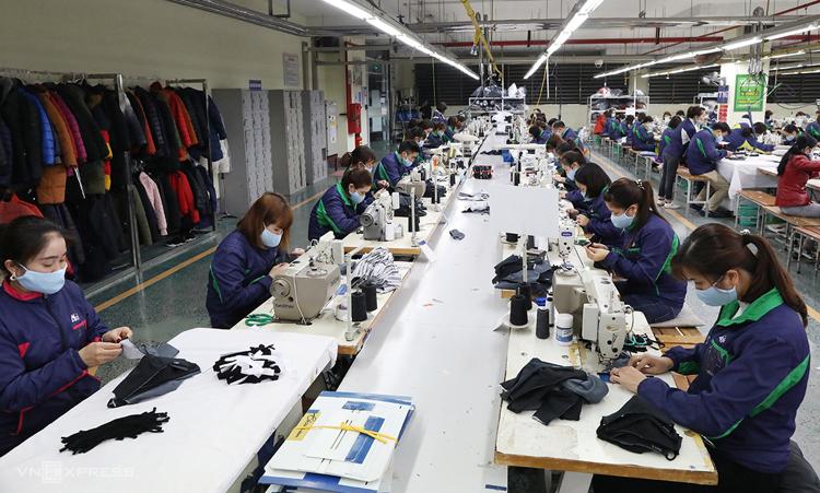 Các nhân viên trong dây chuyền đang cấp tập sản xuất tại nhà máy ở Thái Nguyên ngày 6/2Ảnh: Ngọc Thành.