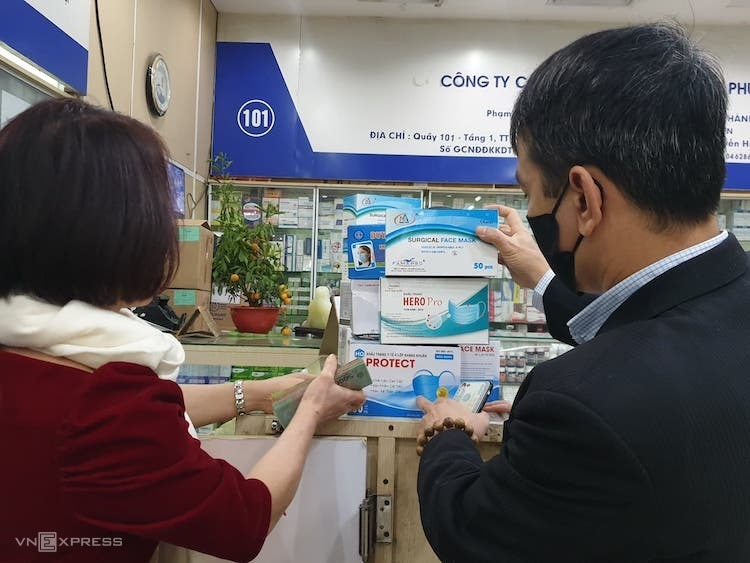 Người dân mua khẩu trang y tế tại quầy thuốc. Ảnh: Anh Minh