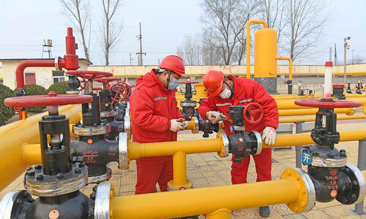 Công nhân Tập đoàn hoá dầu Trung Quốc kiểm tra đường ống ga tại tỉnh Hà Nam hồi cuối tháng 1. Ảnh: ChinaDaily