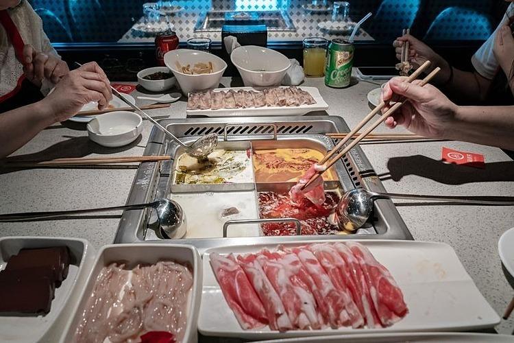 Khách hàng dùng bữa tại một cửa hàng của Haidilao ở Hong Kong. Ảnh: Bloomberg