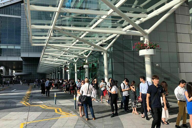 Dòng ng??i x?p hàng bên ngoài Suntec City Tower 5 sáng nay. ?nh: The Straits Times