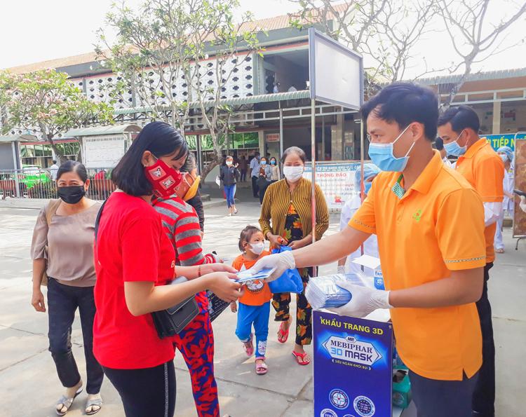 Theo đó, hơn 145.000 khẩu trang y tế được phát tặng tại nhiều bệnh viện lớn như Bệnh viện Việt Đức (TP HCM); Bệnh viện Đa khoa Cai Lậy (Tiền Giang), Bệnh viện Lao phổi TW (Hà Nội), Bệnh viện Việt Đức (Hà Nội), Bệnh viện Đa khoa Trà Vinh, cho lực lượng quân đội và công an chống dịch tại bệnh viện dã chiến, bộ tư lệnh biên phòng.