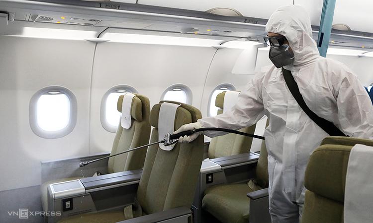 Vietnam Airlines khử trùng máy bay. Ảnh: Ngọc Thành