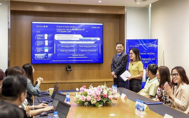 Buổi quay số trúng thưởng có sự tham gia của lãnh đạo, nhân viên và đại diện khách hàng Chubb Life Việt Nam.