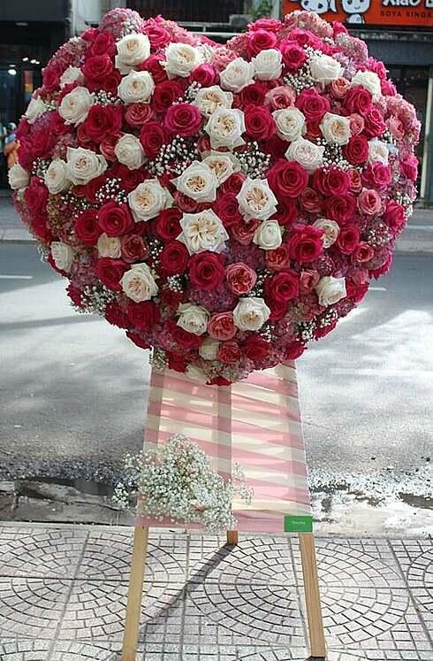 Kệ hoa trái tim cao 1,8m. Ảnh: Flowerbox.