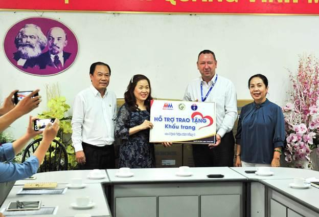 Ông Bruno Jousselin, Tổng giám đốc Điều hành Công ty MM Mega Market Việt Nam cùng đại diện Sở Y Tế TP. HCM và Sở Công Thương TP. HCM trao tặng khẩu trang cho Bệnh viện Nhi đồng 1