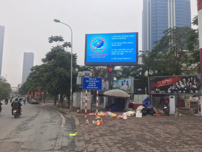 Màn hình LED trên đường Nguyễn Chí Thanh (Hà Nội).
