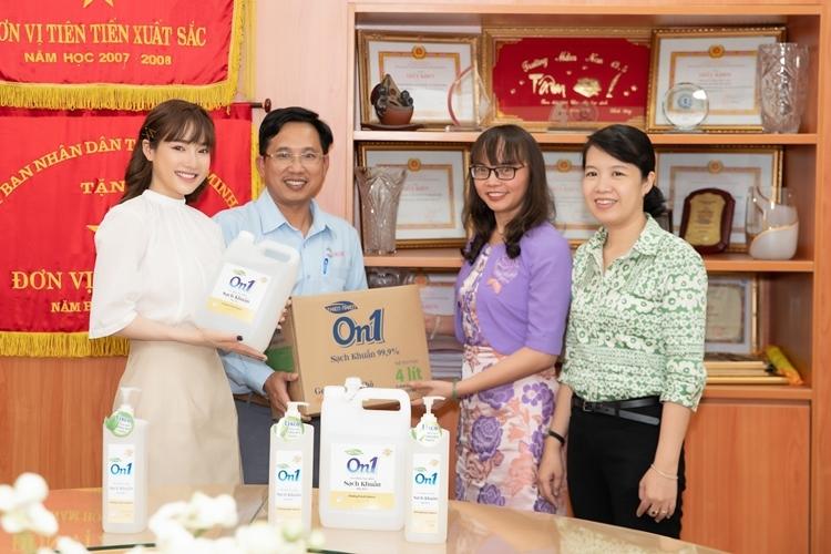 Diễn viên Nhã Phương đồng hành cùng nhãn hàng trao tặng 2500l gel rửa tay khô cho Sở GD&ĐT TP HCM.