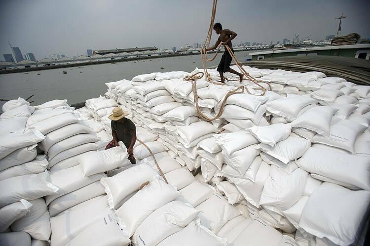 Công nhân chuyển gạo bên bờ sông Chao Phraya (Thái Lan). Ảnh: Reuters
