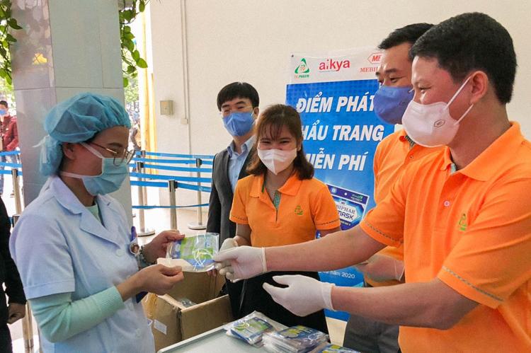 Một điểm phát khẩu trang miễn phí của Tập đoàn Aikya tại bệnh viện ở Hà Nội.
