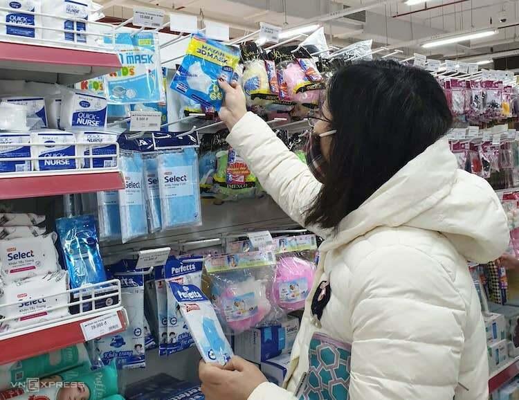 Người dân Hà Nội mua khẩu trang tại hệ thống siêu thị Coopmart. Ảnh: Anh Minh
