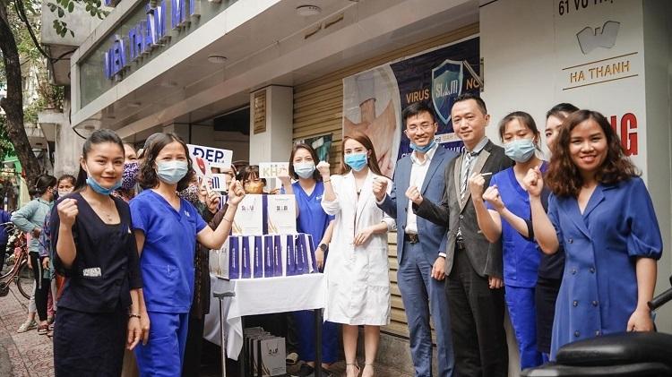Diễn viên Quỳnh Nga và ban lãnh đạo cùng nhân viên của Viện thẩm mỹ SIAM Thailand phát nước rửa tay miễn phí cho người dân