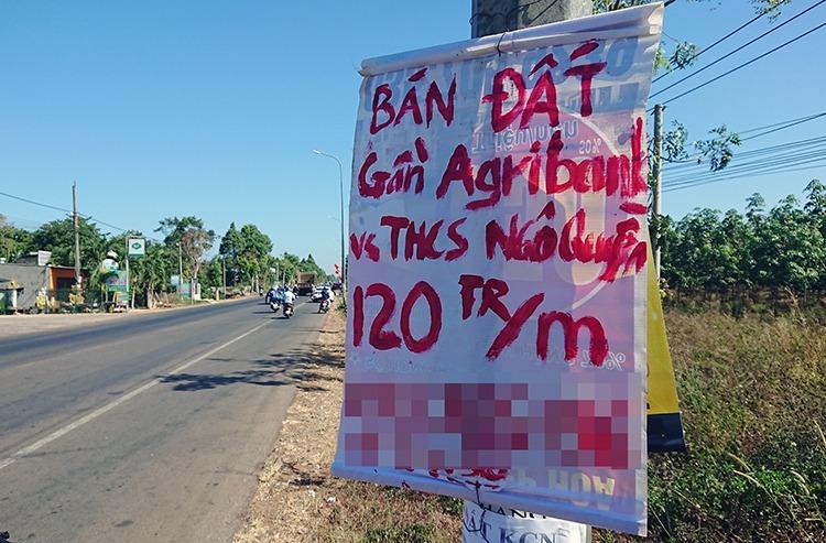 Mẩuraobán đấttreo ở cột điện trên quốc lộ 56 qua xã Bình Ba. Ảnh:Nguyễn Khoa.