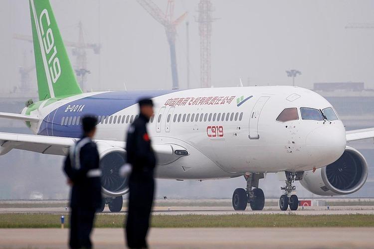 Máy bay chở khách C919của Trung Quốc hạ cánh chuyến bay đầu tiên tại sân bay quốc tế Pudong ở Thượng Hải, Trung Quốc ngày 5/5/2017. Ảnh: Reuters