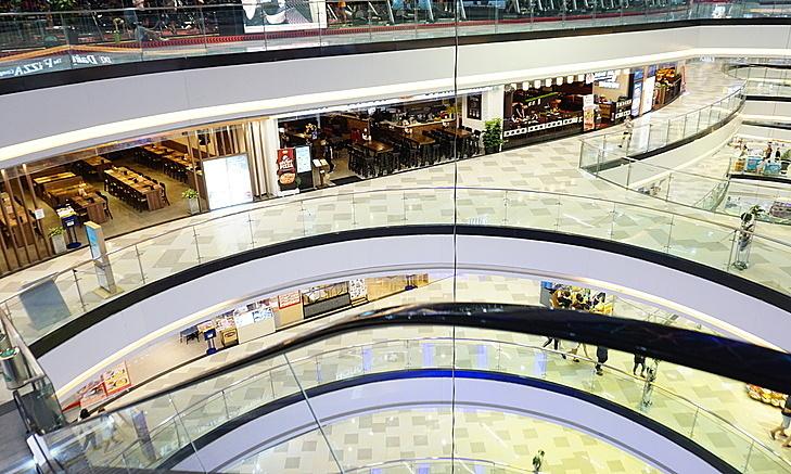 Các tầng ăn uống trong Vạn Hạnh Mall, quận 10, TP HCM thưa vắng người vào tối 17/2. Ảnh: Viễn Thông