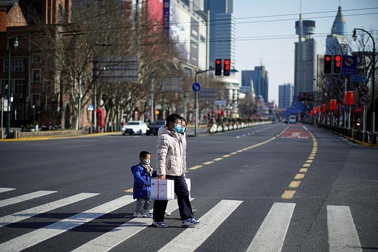 Người dân đeo khẩu trang tại một khu vực trung tâm mua sắm tại Thượng Hải, Trung Quốc hôm 16/2. Ảnh: Reuters