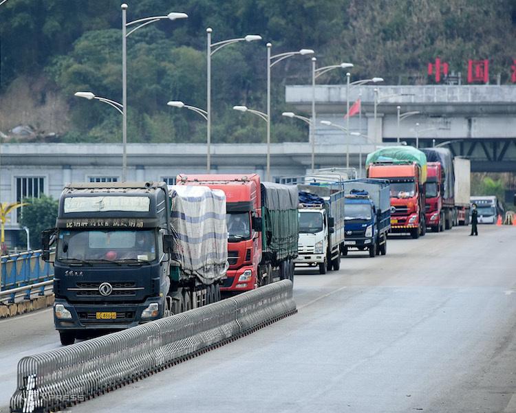 Xe chở hàng thông quan tại cửa khẩu Kim Thành II (Lào Cai). Ảnh: Giang Huy