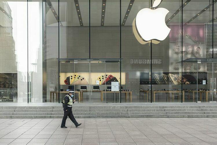 Apple Store tại Thượng Hải vắng vẻ trong mùa dịch. Ảnh: Bloomberg
