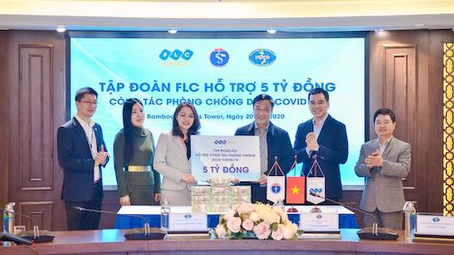 Ảnh 1 (Ảnh bìa): Bà Hương Trần Kiều Dung, Phó Chủ tịch kiêm TGĐ Tập đoàn FLC trao 5 tỷ đồng hỗ trợ công tác phòng chống dịch bệnh cho đại diện Bộ Y tế