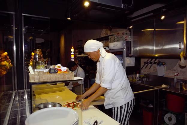 Bếp trưởng của Pizza Logic - ông Junichi Shouji