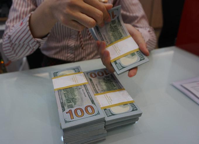 Giao dịch USD tại một ngân hàng thương mại. Ảnh: Anh Tú.