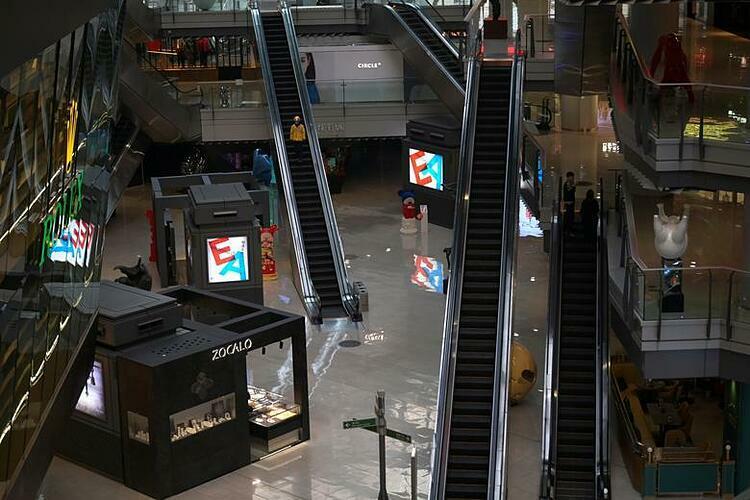 Một trung tâm mua sắm vắng vẻ ở Bắc Kinh (Trung Quốc). Ảnh: Reuters
