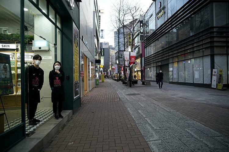 Người dân đeo khẩu trang tại Daegu (Hàn Quốc). Ảnh: Reuters