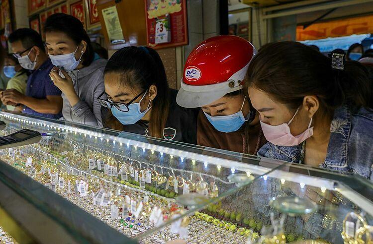 Người dân mua vàng trong ngày Thần Tài mùng 10 tháng Giêng vừa qua. Ảnh: Quỳnh Trần.