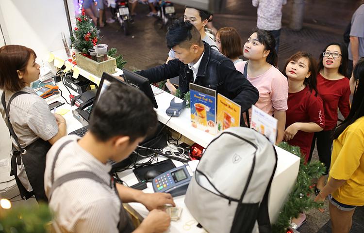 Xếp hàng mua trà sữa tại TP HCM. Ảnh: Nhung Nguyễn