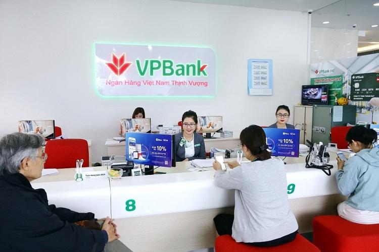 Các khách hàng tại quầy giao dịch VPBank.