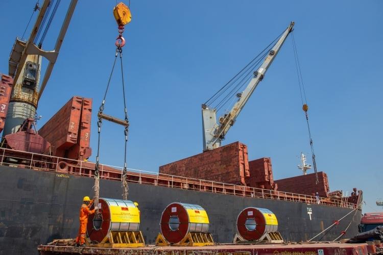 Lô tôn mạ 10.000 tấn của Hoa Sen chuẩn bị xuất sang châu Âu. Ảnh: HSG.