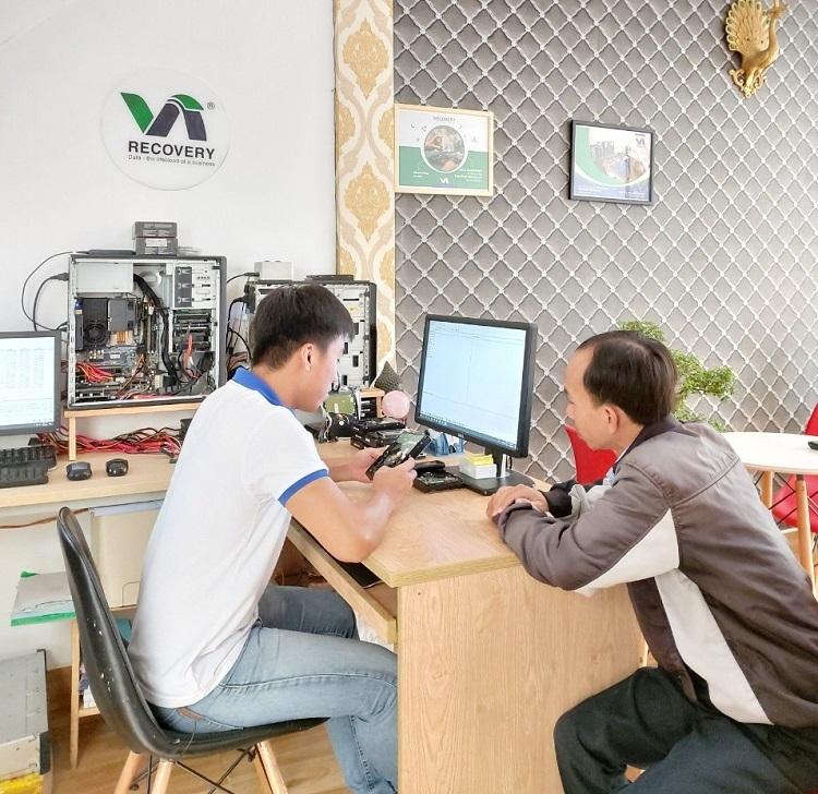 Kỹ sư của Võ Nguyễn đang kiểm tra dữ liệu cho khách hàng.