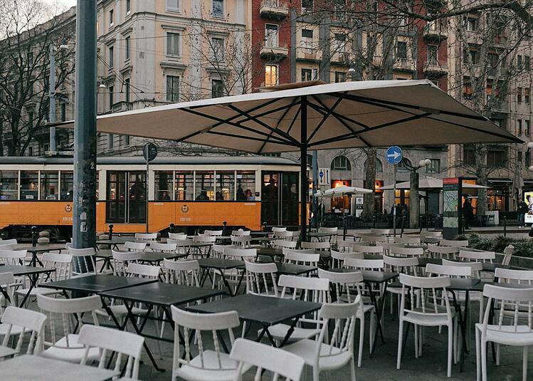 Một hàng quán vắng khách tại Milan. Ảnh: NYT