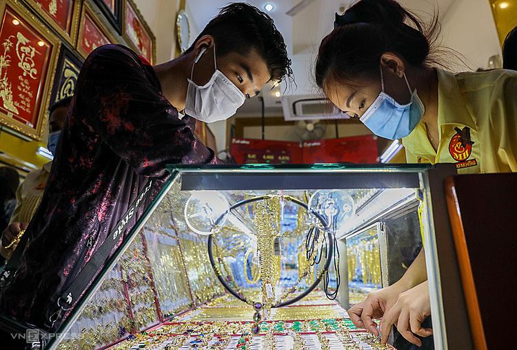 Người dân mua vàng tại tiệmtrên đường Bùi Hữu Nghĩa (quận Bình Thạnh) ngày 3/2. Ảnh: Quỳnh Trần.