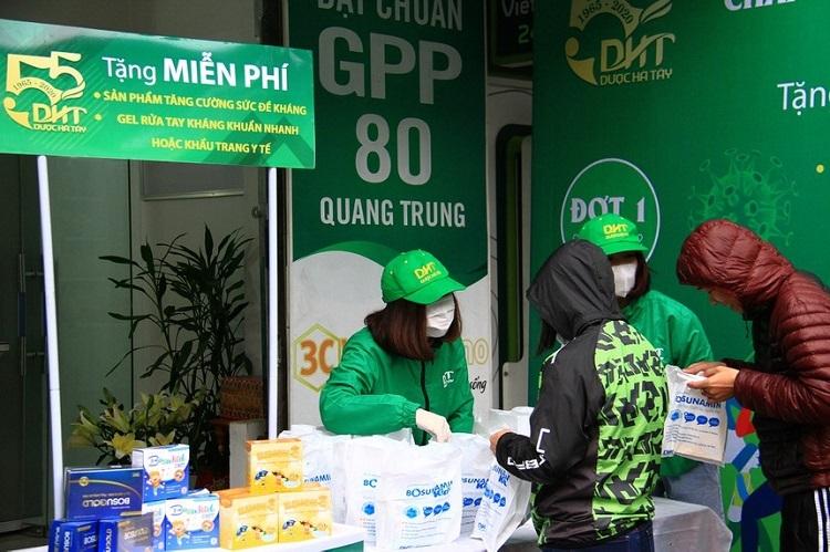 Một điểm phát khẩu trang, gel rửa tay cho người dân của công ty Dược Hà Tây.