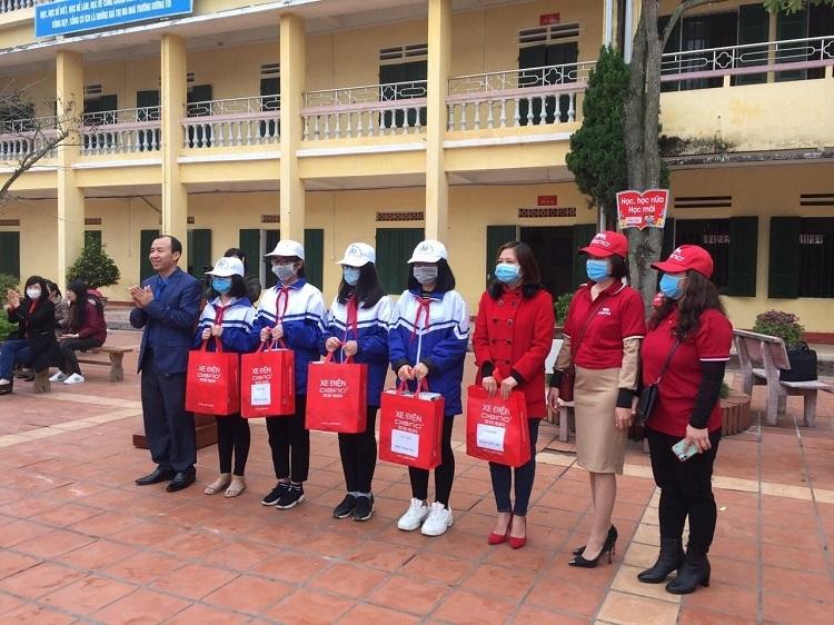 Đại diện công ty Dibao(ngoài cùng bên trái)trao khẩu trang cho học sinh trườngTHCS Trần Phú(TP Thái Bình)