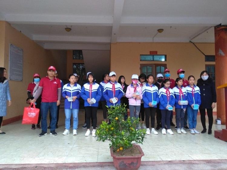 Công ty Dibao trao khẩu trang cho học sinh trường THCS Lương Thế Vinh.