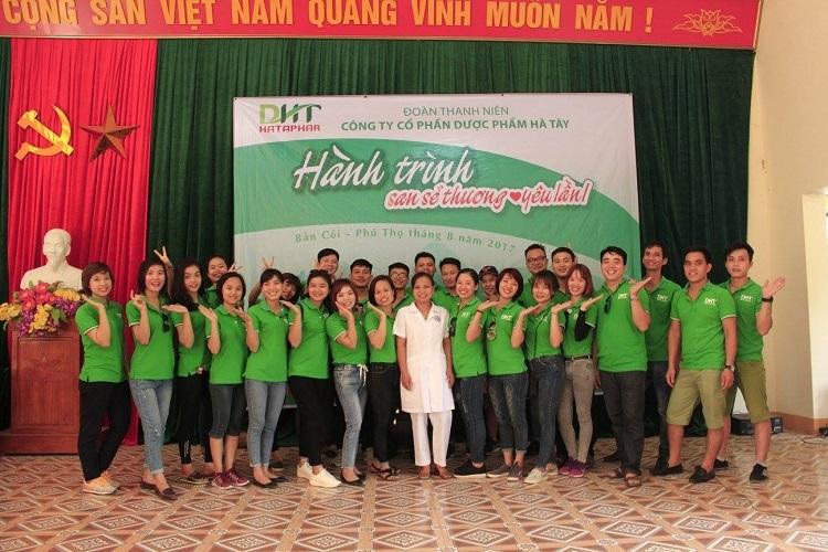 Cán bộ nhân viên Dược Hà Tây trong một chương trình từ thiện tại Phú Thọ.