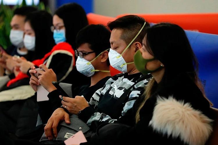 Hành khách đeo khẩu trang tại một ga tàu ở Hong Kong. Ảnh: Reuters