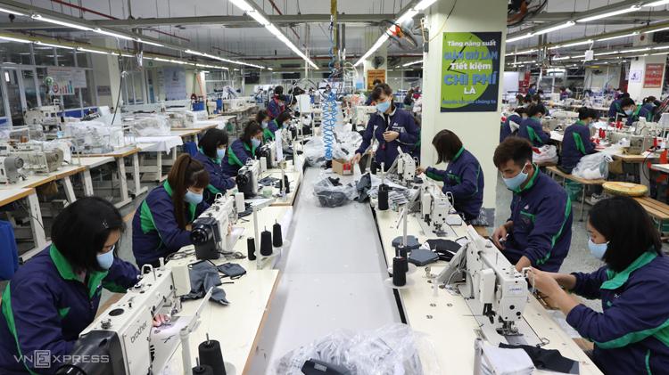 Sản xuất khẩu trang tại một doanh nghiệp may mặc thuộc tỉnh Thái Nguyên. Ảnh: Ngọc Thành