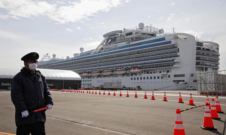 Du thuyền Diamond Pricess đang bị cách ly tại cảng Yokohama. Ảnh: Reuters