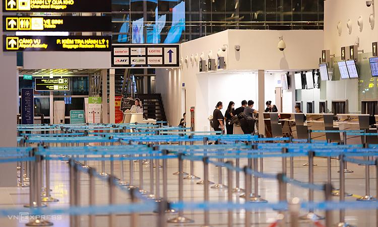 Quầy làm thủ tục tại nhà ga sân bay quốc tế Đà Nẵng vắng khách. Ảnh: Nguyễn Đông