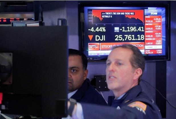 Nhân viên giao dịch trên sàn chứng khoán New York hôm 27/2. Ảnh: Reuters