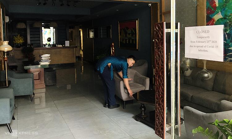 Sau gần 1 tuần đóng cửa, khách sạn của chị Hằng trên phố Lò Sũ đóng chiều 27/2 tắt hết đèn, chỉ còn 1 nhân viên trông coi. Ảnh: Anh Tú