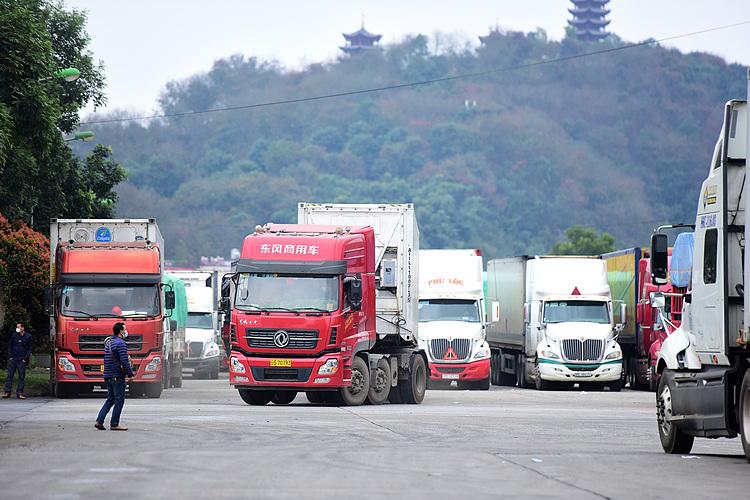 Xe container tại cửa khẩu đường bộ số II KIm Thành,Lào Cai ngày 16/2. Ảnh: Giang Huy