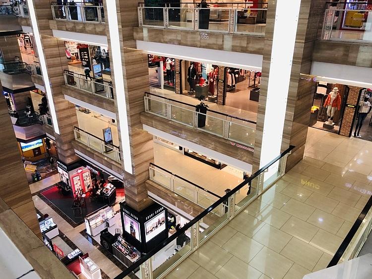 Bên trong một trung tâm thương mại tại Hà Nội vào đầu tháng 2/2020. Ảnh: Ngọc Thành