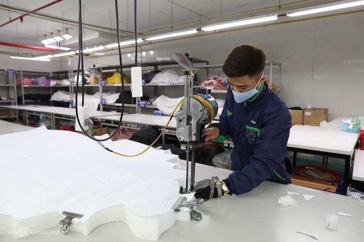 Công nhân một công ty may tại Thái Nguyên đang cắt vải tạo mẫu, ngày 7/2. Ảnh: Ngọc Thành